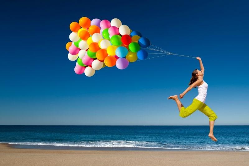 Frau-Springen-mit-Luftballons