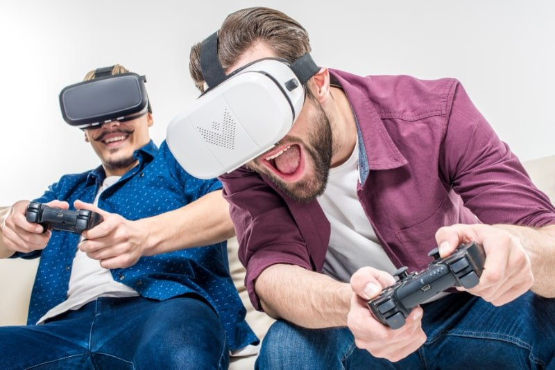 Freunde-in-Virtual-Reality-Headsets