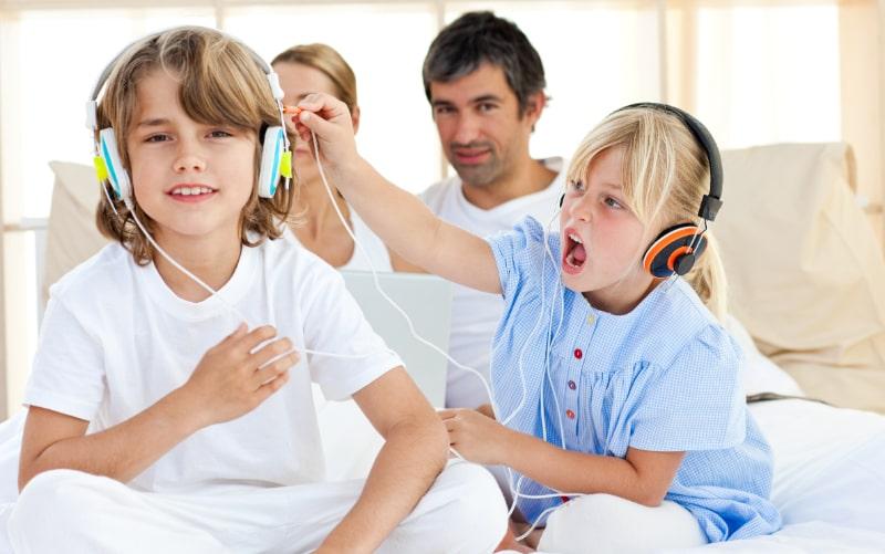 Frohe-Kinder-die-Spas-haben-und-Musik-horen-10-Jahre-alt