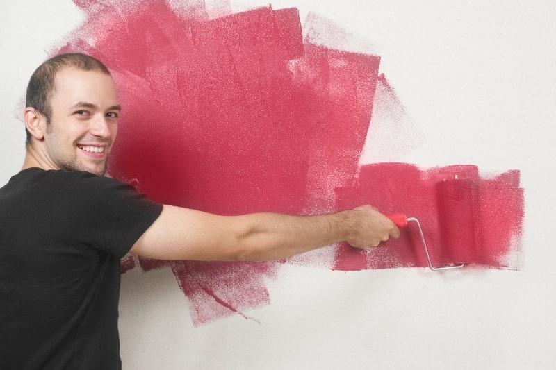 Frohlicher-Mann-der-die-Wand-malt