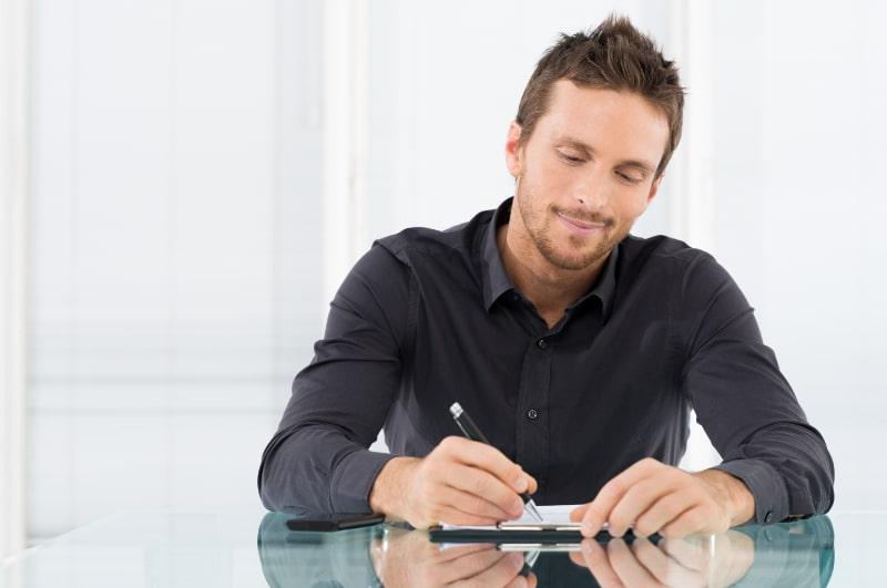 Geschaftsmann-der-Dokument-schreibt