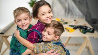 Glückliche Kinder umarmen sich