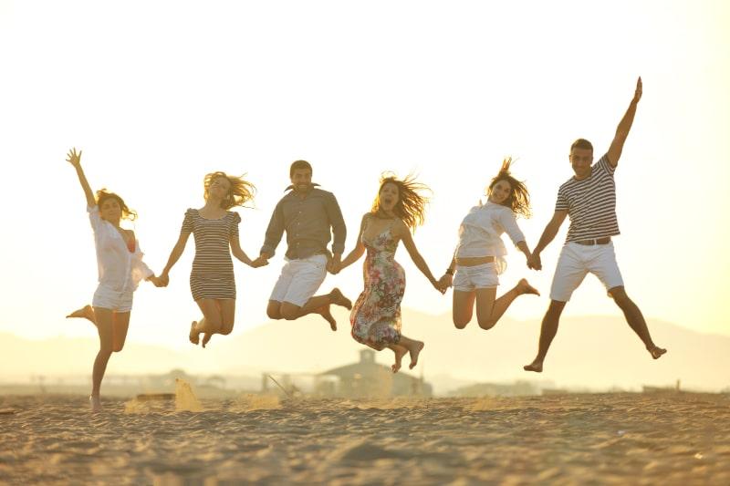 Gluckliche-junge-Gruppe-viel-Spas-am-Strand