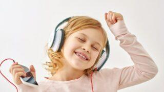 Glückliches Mädchen, das beim Musikhören tanzt