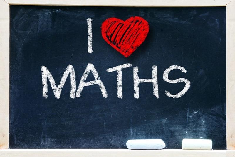 Ich-liebe-Mathephrase-handgeschrieben-an-der-Tafel