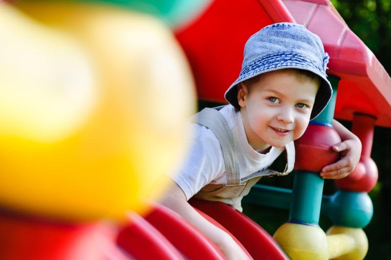 Junge-der-auf-Spielplatz-spielt