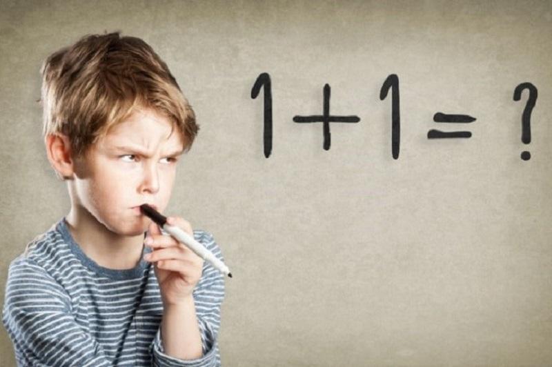 Junge-schreibend-und-denkend-Arger-mit-Mathe