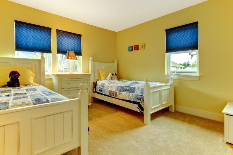 Kinder-gelb-und-blau-Schlafzimmer-mit-zwei-Einzelbetten.