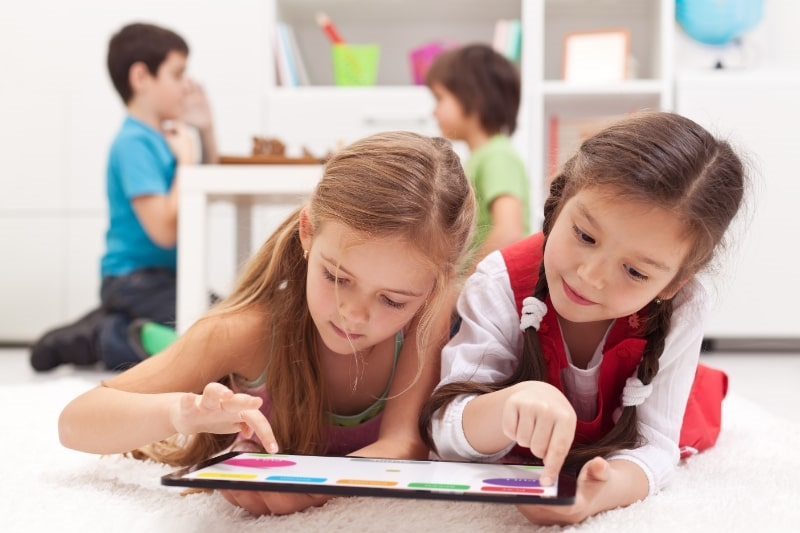 Kleine-Madchen-die-auf-einem-Tablet-Computer-spielen