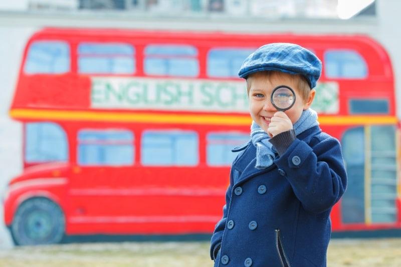 Kleiner-Detektiv-der-Englisch-lernt