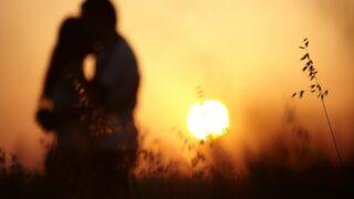 Liebes Paar im Sonnenuntergang
