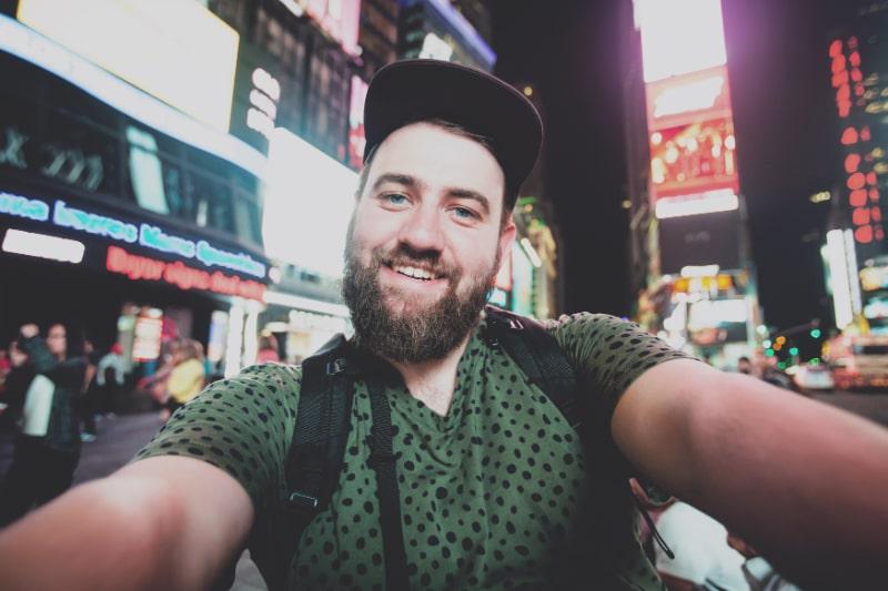 Lustiger-bartiger-Mann-am-Times-Square