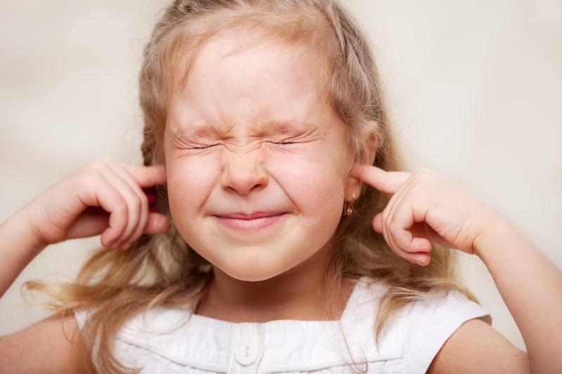 Madchen-hielt-sich-die-Ohren-zu