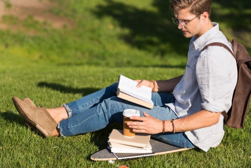 Mann-der-Buch-im-Park-liest