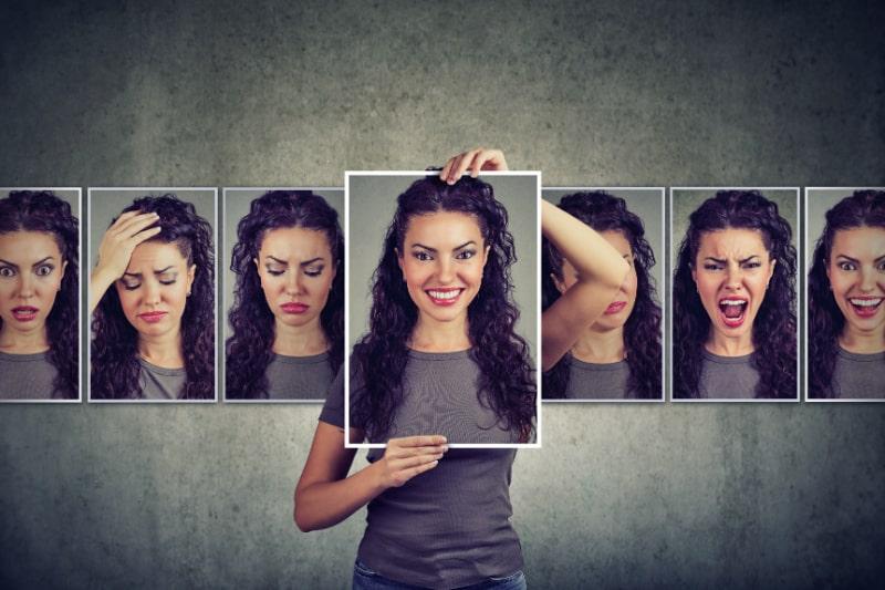 Maskierte-Frau-die-verschiedene-Gefuhle-ausdruckt