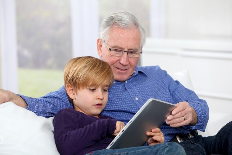 Opa-und-Enkel-lesen