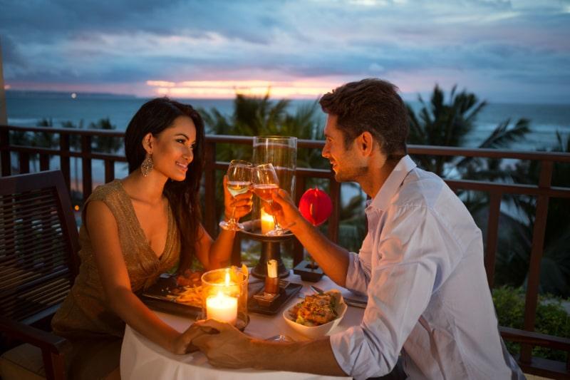 Paar-geniest-ein-romantisches-Abendessen-bei-Kerzenlicht-candlelight-dinner