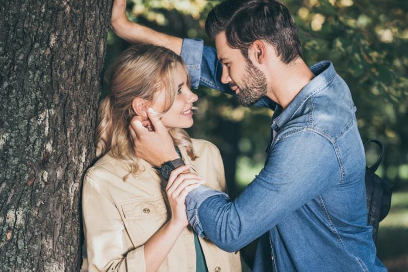 Romantisches-Paar-das-sich-im-Herbstpark-ansieht