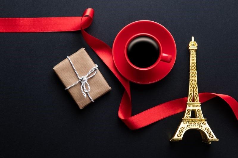 Rote-Tasse-heisen-Kaffees-Reisegeschenk