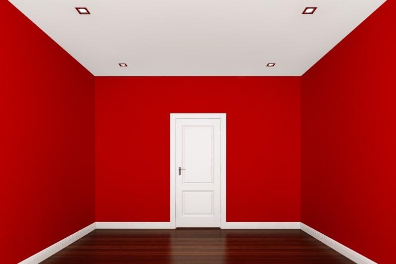 Rote-Wand-in-einem-leeren-Raum