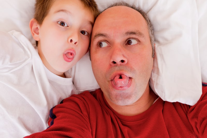 Sohn-und-Papa-spielen-mit-der-Zunge