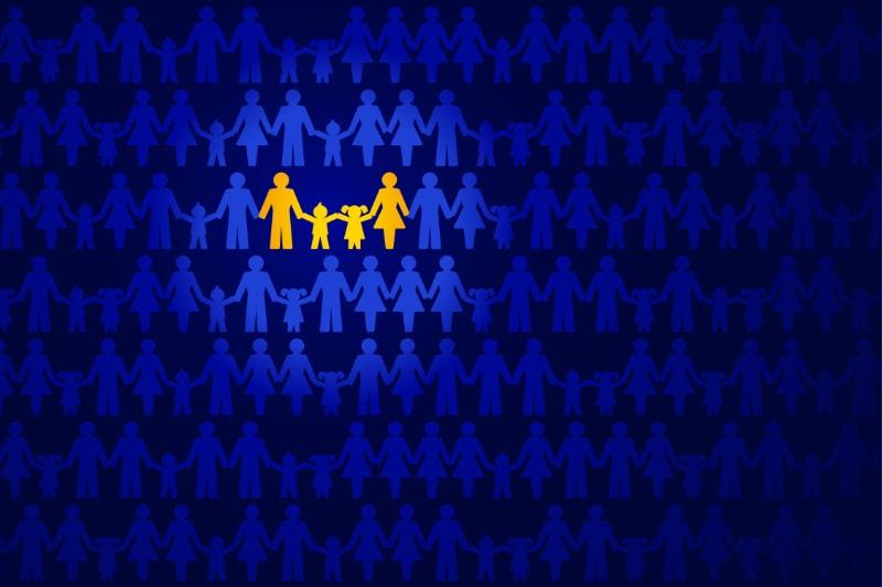 Traditionelles-Familienbild.-Familie-Handchen-haltend-gelb-hervorgehoben-in-einer-Menschenmenge-uber-dunkelblau.