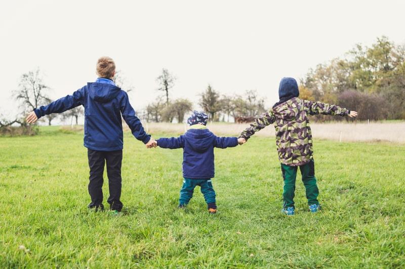 drei-Kinder-Handchen-haltend