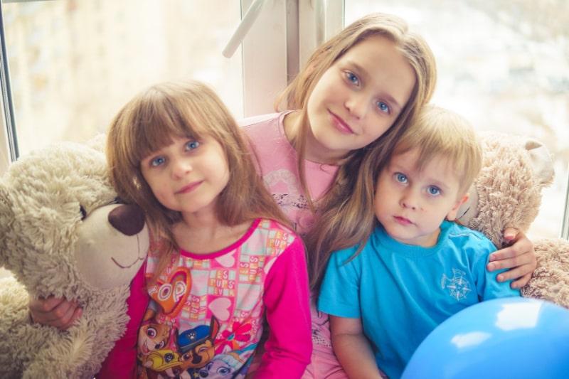 drei-kinder-mit-blauen-augen