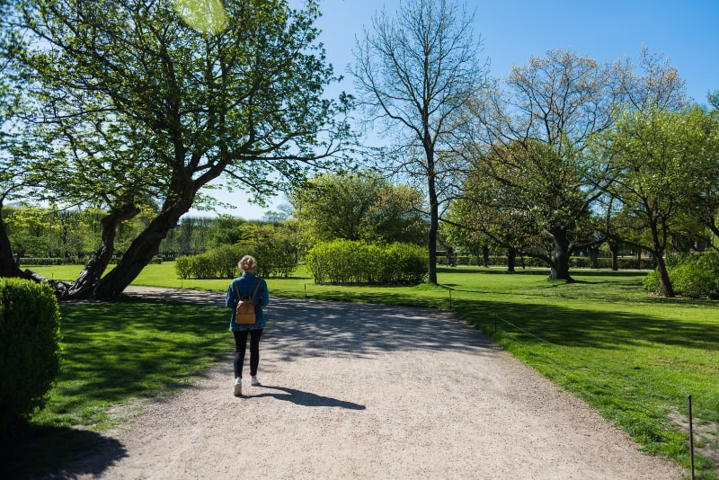 junge-Frau-die-im-schonen-Park-in-Kopenhagen-Danemark-geht