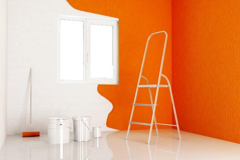 orange-Wandfarbe-nur-halber-Raum-gestrichen