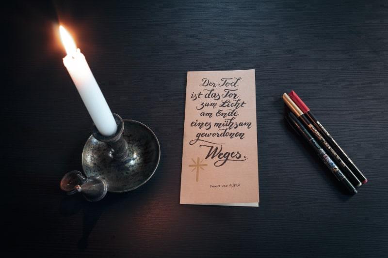Beileid-Kerze-und-etwas-zum-Schreiben