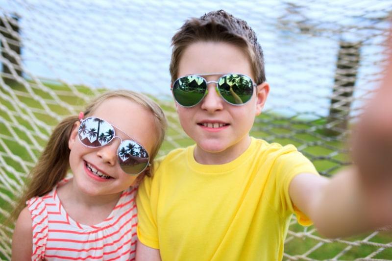 Bruder-und-Schwester-im-Freien