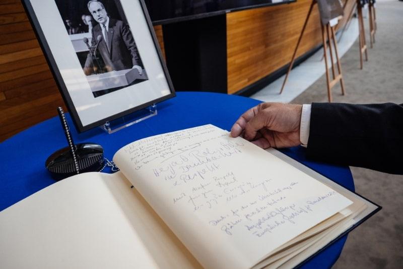 Das-Kondolenzbuch-fur-Helmut-Kohl-im-Europaischen-Parlament