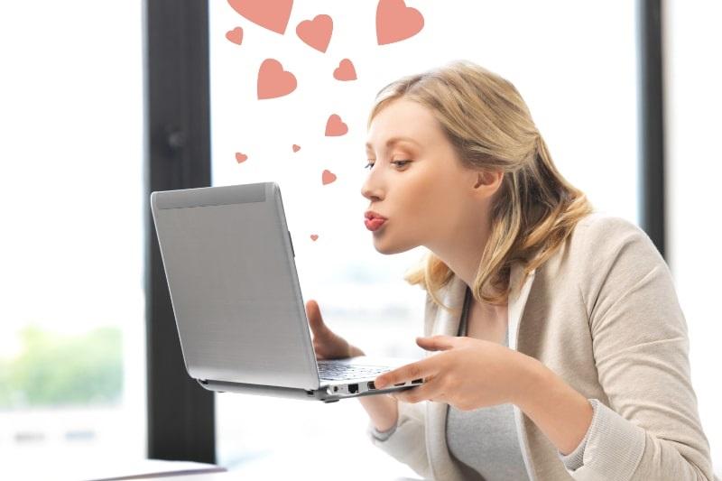 Frau-mit-Computer-kusst-den-Bildschirm