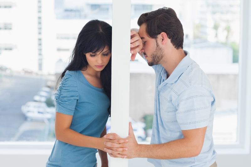 Gespaltenes-Paar-ist-durch-weise-Wand-getrennt