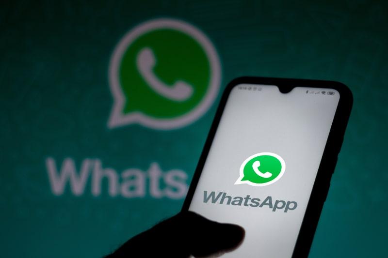 In-dieser-Fotoillustration-wird-das-WhatsApp-Logo-auf-einem-Smartphone-angezeigt