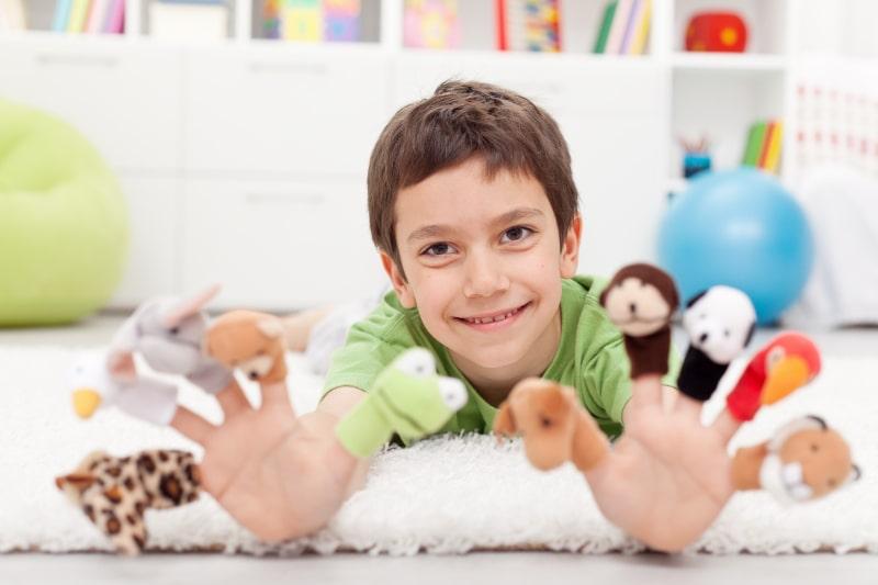 Junge-mit-Fingerpuppen