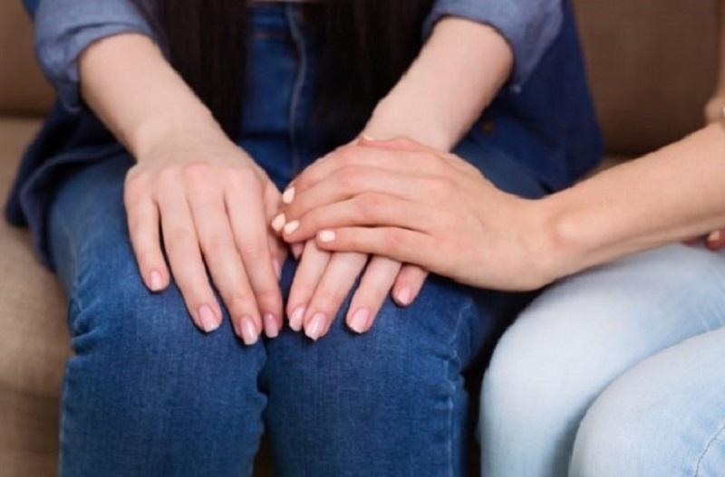 Junge-weibliche-Hande-im-Rahmen.