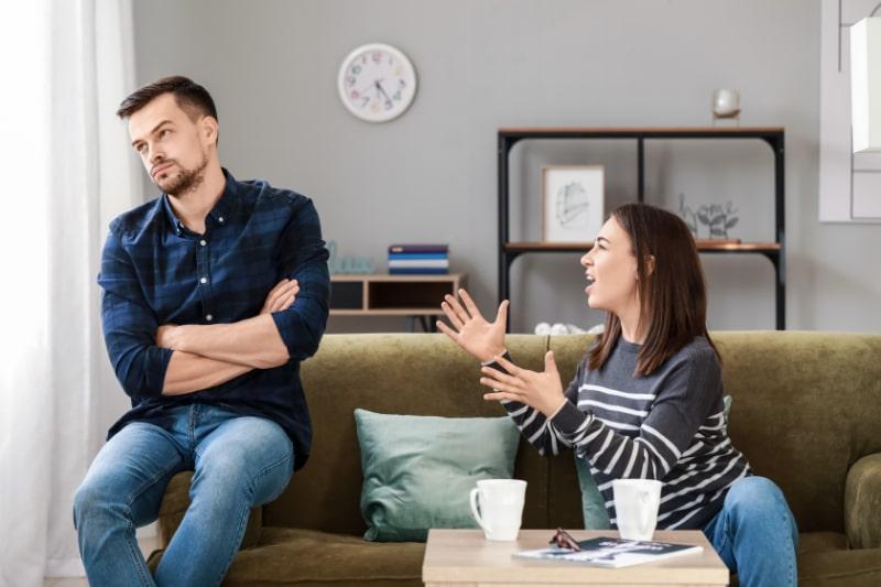 Junger-Mann-der-nach-Streit-zu-Hause-versucht-mit-seiner-Frau-Frieden-zu-schliesen