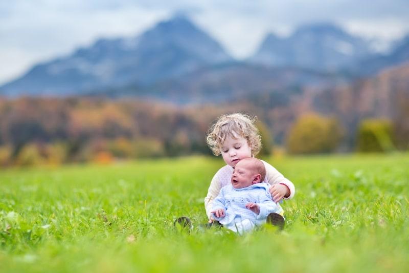 Kleinkindmadchen-und-ihr-neugeborener-Babybruder