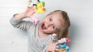 Mädchen mit Puppenpuppen an den Händen