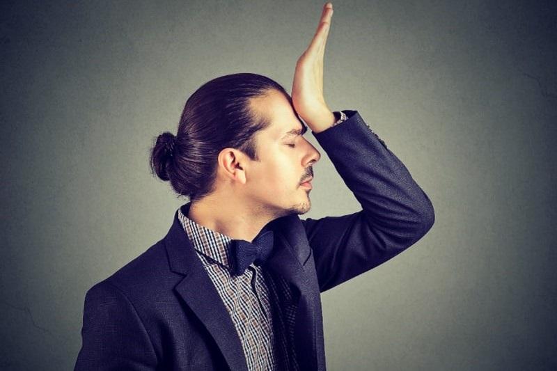 Mann-beschuldigt-sich-selbst-fur-dummes-Verhalten