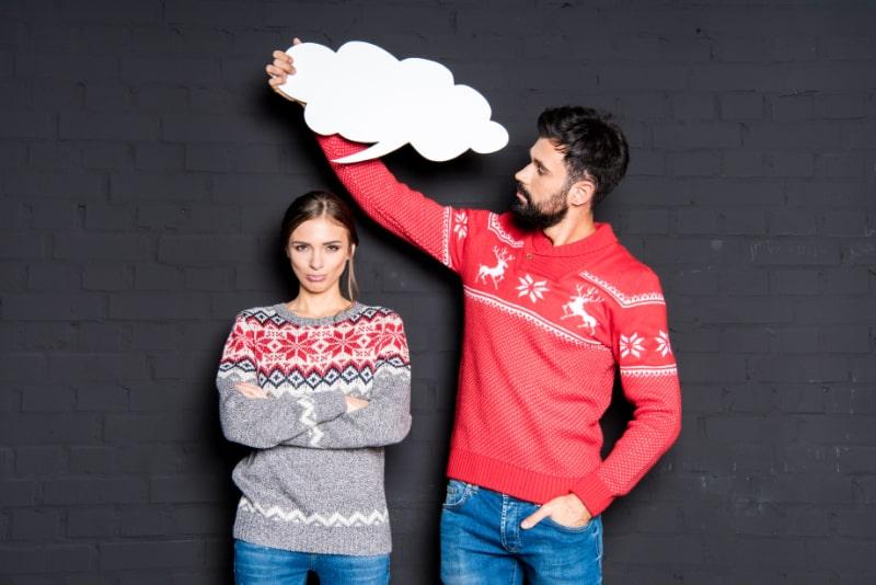 Mann-mit-Sprechblase-uber-dem-Kopf-seiner-Freundin