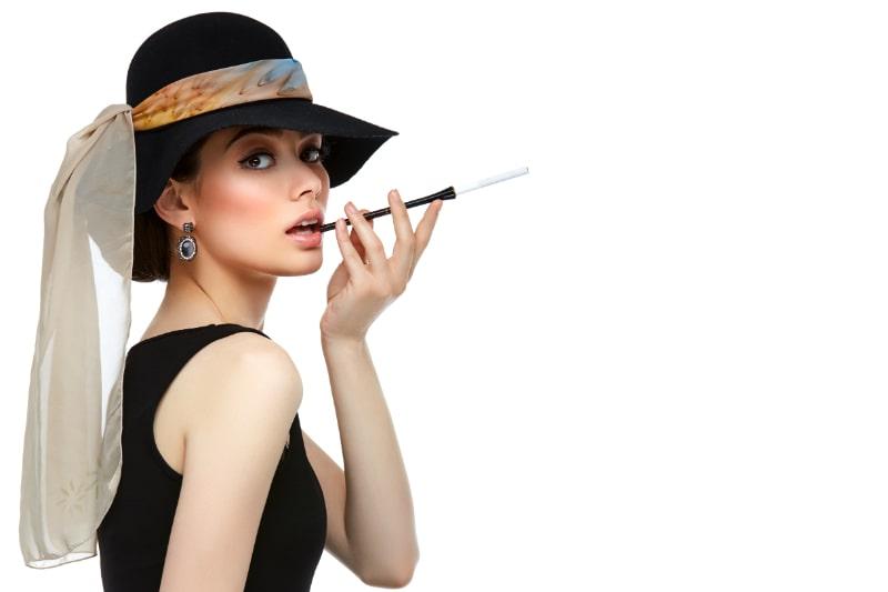 Schone-junge-Frau-im-Retro-Stil-mit-Zigarette