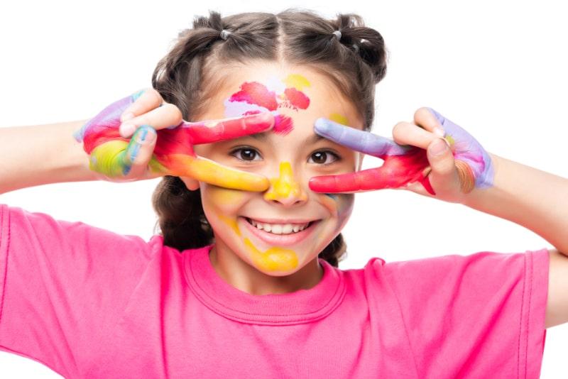 Schulkind-hat-Spas-mit-bemalten-Handen