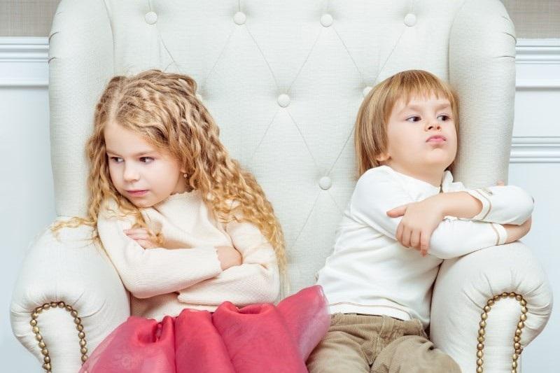 Suse-kleine-Geschwister-Junge-und-Madchen-die-sich-streiten