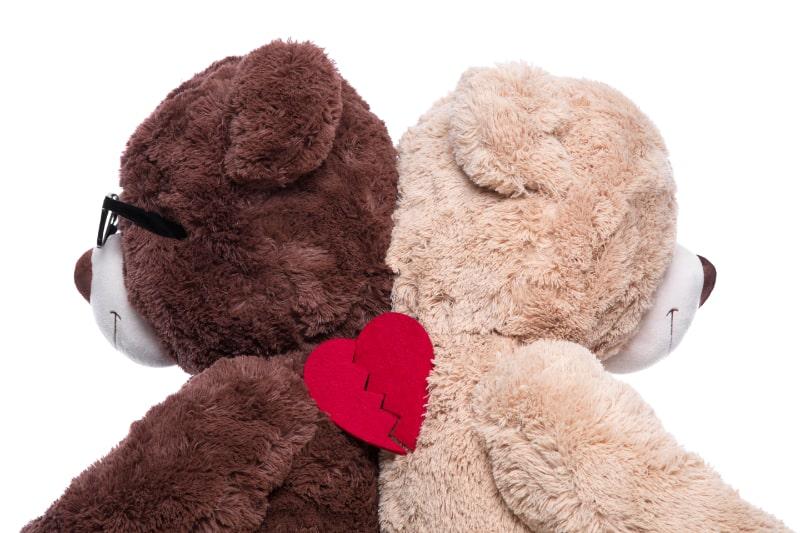 Teddybaren-Rucken-an-Rucken-zur-Unterstutzung