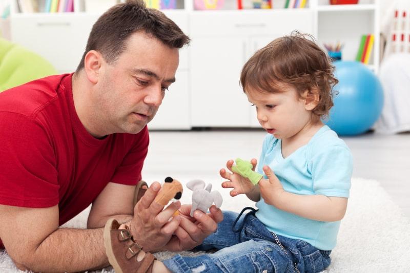 Vater-und-Kleinkind-Sohn-spielen