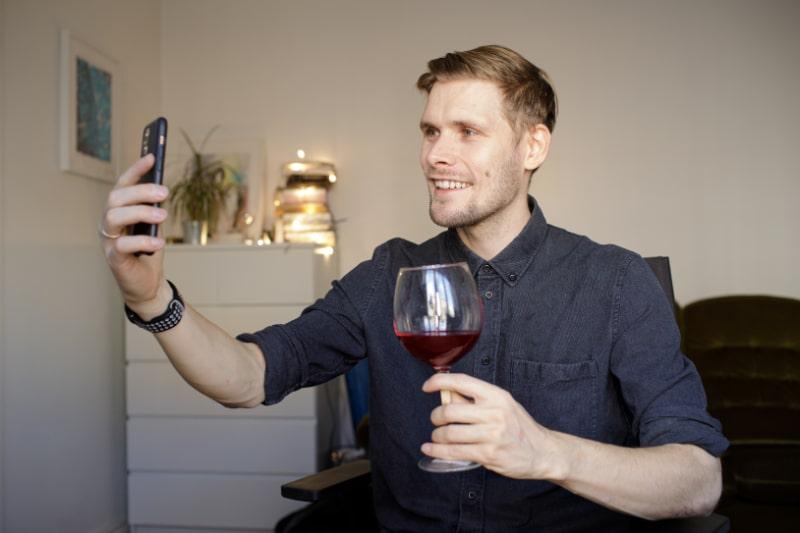 Videokonferenz-Party-Online-Meeting-mit-Freunden-und-Familie.
