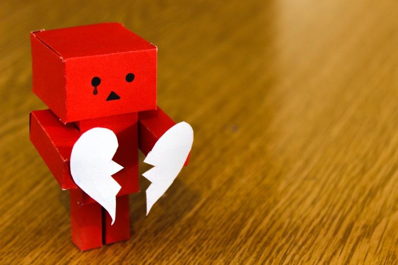 rote-Figur-mit-gebrochenem-Herzen